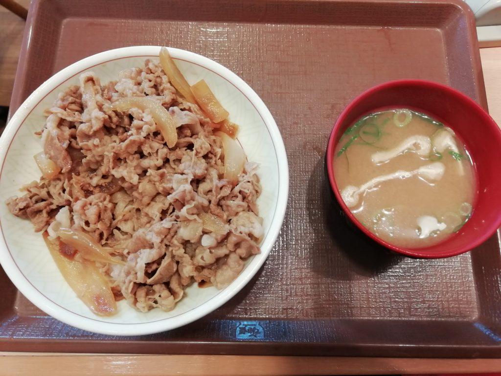 すき家 牛丼(中盛)みそ汁付き